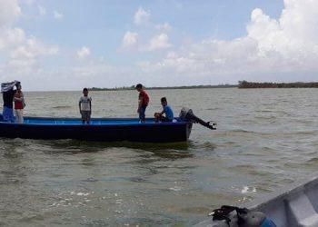 La embarcación fue remolcada hasta el muelle de Puerto Lempira, donde se procedió a realizar un chequeo del personal a bordo para verificar su estado de salud.