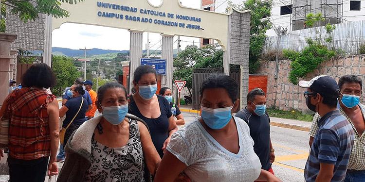 Capitalinos se tomaron la calle luego que no se les atendió en la quinta jornada de vacunación.