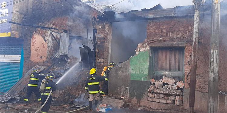 """Al sector de la cuesta de """"El Centavo"""" se desplazaron dos unidades de bomberos para controlar el siniestro y en la operación se invirtieron unos 10,000 galones de agua."""
