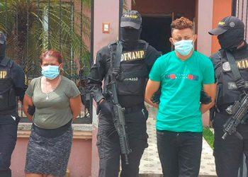 """Los dos miembros de la banda de """"El Pollo"""" fueron capturados con drogas, arma de fuego y dinero."""