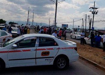 """La mayoría de los taxistas paralizaron sus unidades en la """"Sultana del Sur""""."""