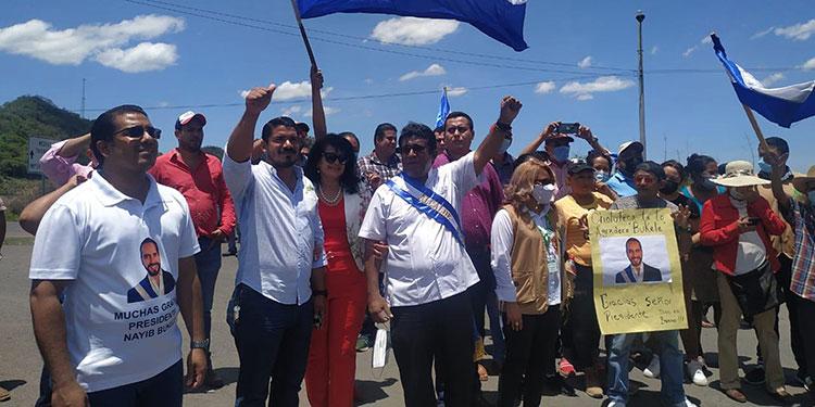 El alcalde de Choluteca, Quintín Soriano, llegó al puesto fronterizo de El Amatillo a recibir la donación de vacunas contra el COVID-19.