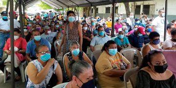 No hubo distanciamiento social entre personas durante el primer día de la jornada de aplicación de dosis de vacunas donadas por El Salvador.