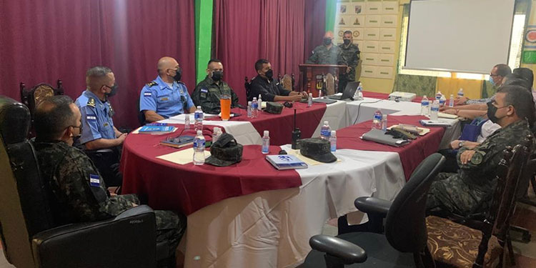 Autoridades militares y policías y operadores de justicia participaron en la reunión para determinar acciones frente a la ola delictiva en la zona oriental del país.
