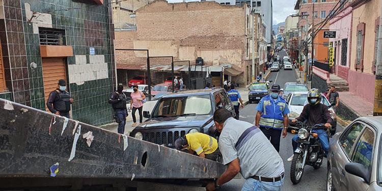 La Policía Municipal decomisa carros estacionados en sitios prohibidos.