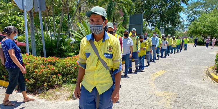 Salud vacunó este miércoles más de 400 trabajadores esenciales de diferentes funerarias de San Pedro Sula y recolectores de basura.