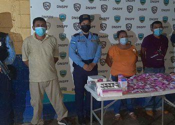 Las tres personas detenidas fueron puestas a las órdenes de las autoridades competentes por el supuesto delito de contrabando.