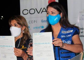 La titular de la Sesal, Alba Consuelo Flores, y la representante de la OPS en Honduras, Piedad Huerta, recibieron un lote de 19,300 dosis de la vacuna de AstraZeneca.