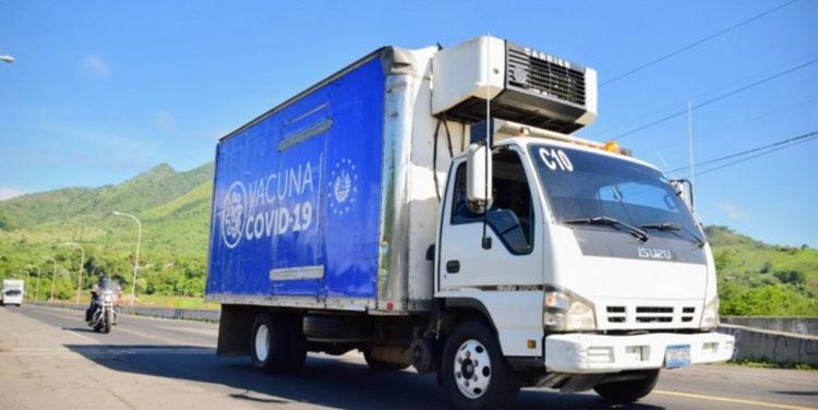 Los camiones refrigerados del gobierno salvadoreño transportaron las vacunas donadas a los municipios de Nueva Ocotepeque y Choluteca.
