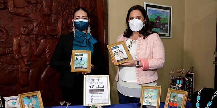 La Primera Dama, Ana García de Hernández, junto a la emprendedora, Jackeline Franco, apoyada por Senprende.