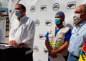 Aline Flores y Juan Carlos Sikaffy del Cohep, junto al director el triaje, José Castillo y el alcalde capitalino, Nasry Asfura.
