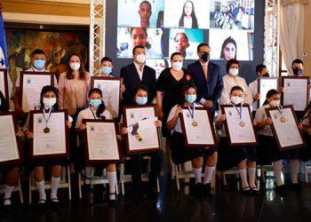 Los estudiantes premiados recibieron sus diplomas de parte de la Primera Dama, Ana García de Hernández.