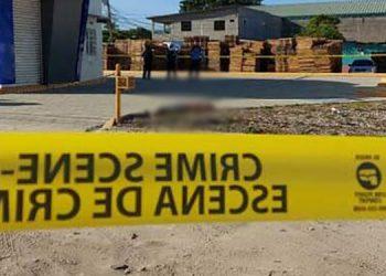 Al lugar llegaron agentes policiales para resguardar el sitio donde se encontraron varios casquillos de armas automáticas.