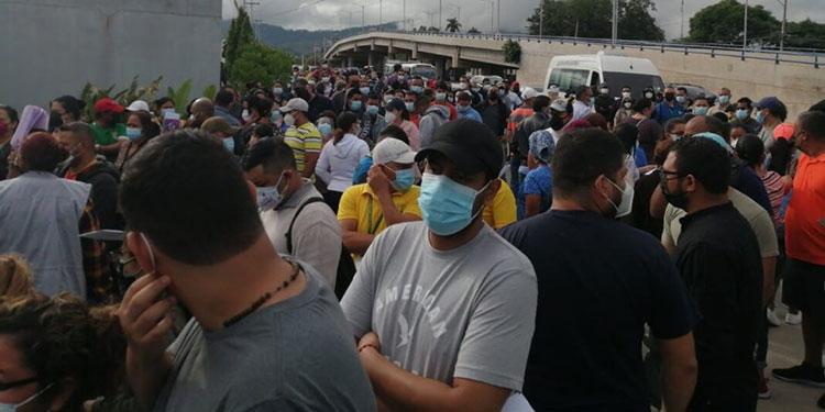 Desde horas de la madrugada llegaron personas al polideportivo de la UNAH para recibir la vacuna contra el COVID-19.