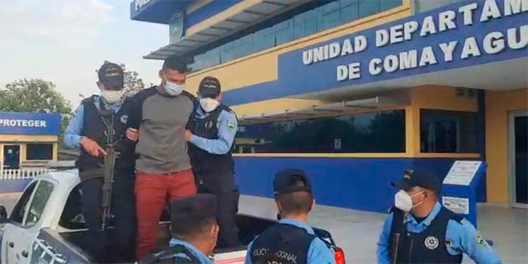 La Policía Nacional obtuvo indicios que vinculan al detenido con su presunta participación en el crimen de las tres personas.