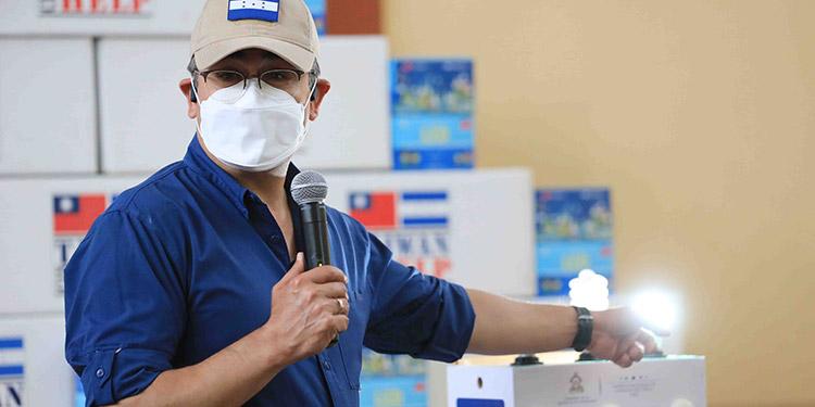 El Presidente Juan Orlando Hernández entregó 34,244 bombillos led que beneficiarán en el consumo de 8,561 hogares de La Paz.
