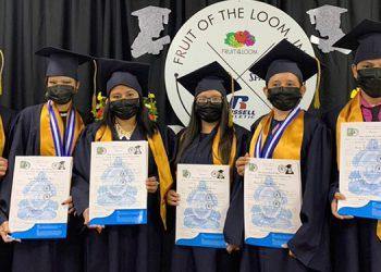 Primera promoción de bachilleres en Ciencias y Humanidades, de Jerzees Nuevo Día, empresa del grupo Fruit of the Loom, Inc. Honduras.