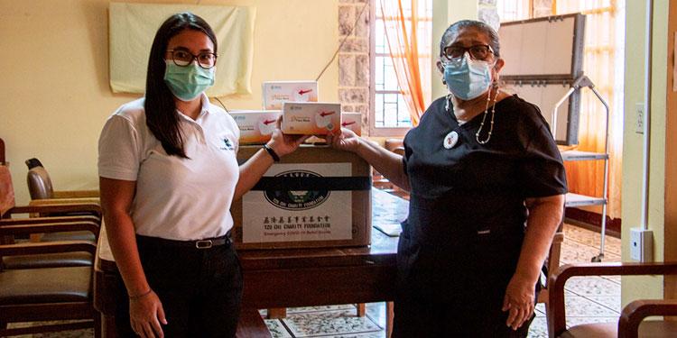 Fundación Kafie y SVC Foundation entregaron ocho mil mascarillas y 400 fardos de cloro para el Hospital San Felipe y el Tórax. La directora de El Tórax, Suyapa Sosa, al momento de recibir el donativo.