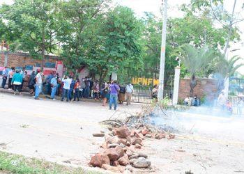 Capitalinos protestaron y cerraron el paso frente a la UPNFM, ya que desde tempranas horas se terminaron las vacunas contra el COVID-19.