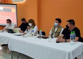 Los ministros, Max González y Alba Flores, dialogaron con las autoridades para poner orden.