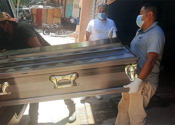 Para la autopsia, personal forense trasladó ayer el cadáver de un salvadoreño a la morgue capitalina, donde fue reclamado por sus parientes.