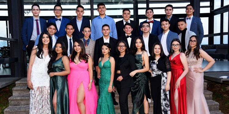 La clase 2021 de la Hillcrest School disfrutó su cena de graduación el viernes recién pasado.