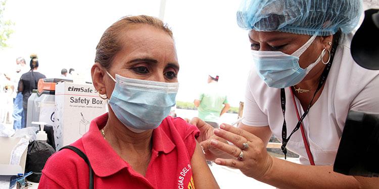 208 mil vacunas de AstraZeneca llegaron al IHSS.