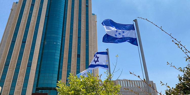 La bandera de Honduras flamea en el Parque Tecnológico Malha Jerusalén.
