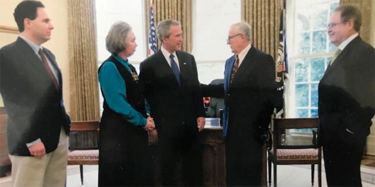 El expresidente George W. Bush ofreció una despedida a Jacobo Goldstein invitando a la familia a la Oficina Oval el 20 de abril 2005.