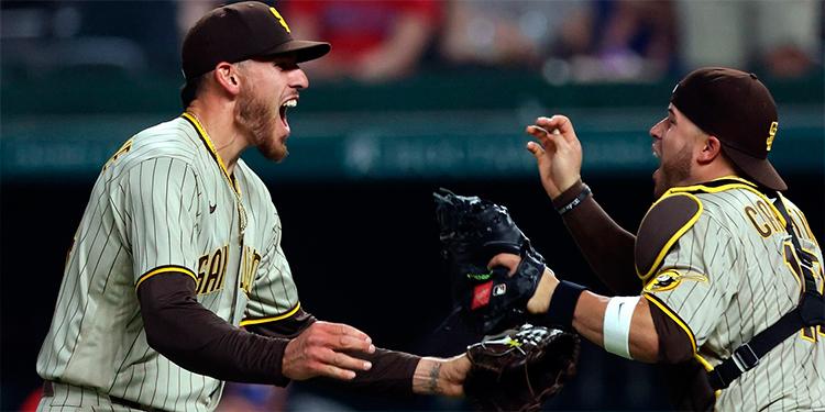 Joe Musgrove de los Padres de San Diego es felicitado por el catcher.