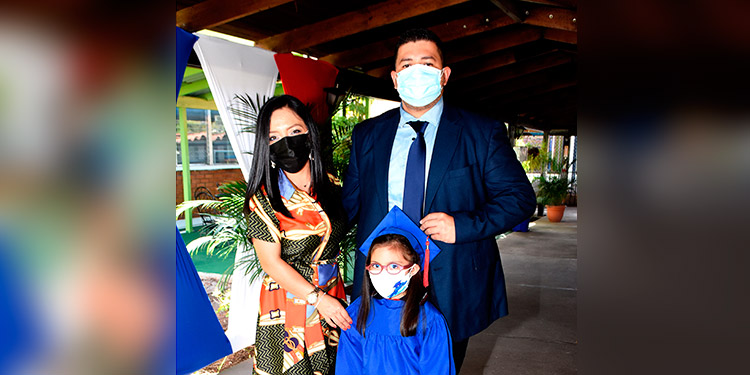 Sofía Denisse Castro acompañada de sus padres, Yenny Hernández y German Leonel Castro.