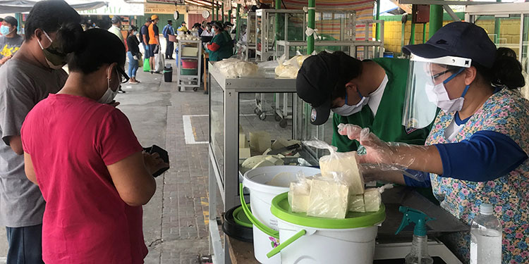 Según los consumidores, las alzas en los lácteos, en parte, es porque los intermediarios compran a cinco lempiras el litro y venden a las plantas a más de diez lempiras.