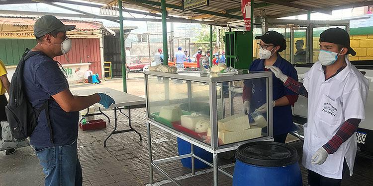 """Los consumidores se encuentran en medio del conflicto entre """"lecheros"""" y procesadoras lácteas, temen pagar más por este producto de la canasta básica."""