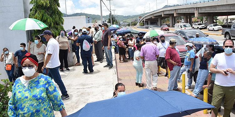 Largas filas de vehículos y personas se observaron desde tempranas horas del día en los diferentes puntos de vacunación.