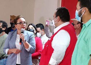 Entre otras actividades políticas, Xiomara Castro de Zelaya declaró su respaldo al candidato a alcalde de Libre, en el Distrito Central, Jorge Aldana.