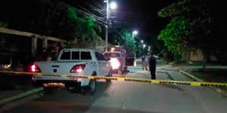 Datos preliminares indican que las personas ultimadas y las heridas se encontraban en el interior de la vivienda.