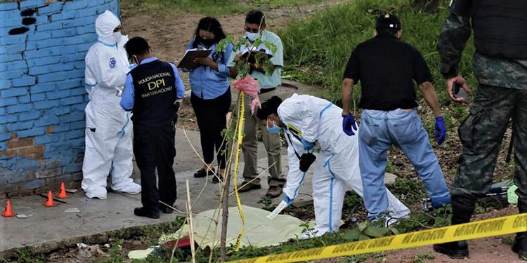 El joven Tony Francisco Beltrand murió acribillado a balazos en horas de la mañana, en un bloque de casas de la colonia Kennedy.