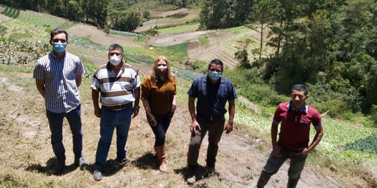 Representantes de:  Grupo NOVALLIANCE-Francia, CONAGROH e investigadora en desarrollo humano-Danely García, visitan cultivos hortícolas en el departamento de Francisco Morazán.