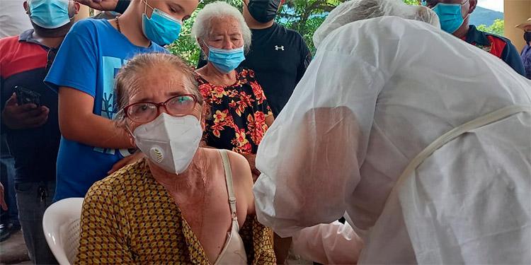 Numerosos adultos mayores se vacunaron contra el COVID-19 en Ocotepeque, con el inoculante donado por El Salvador.