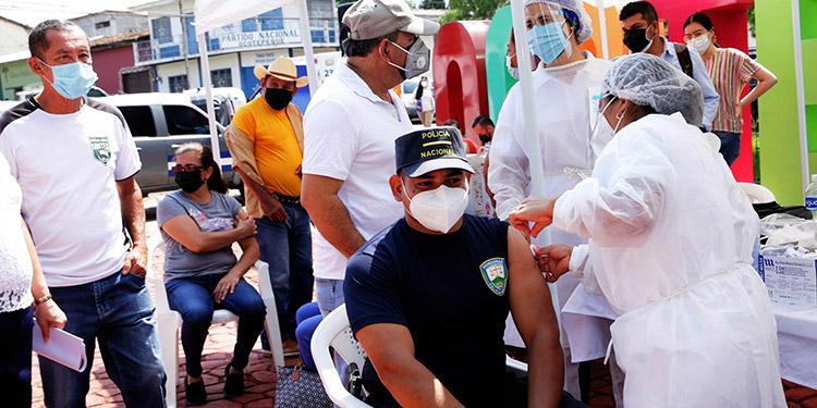 Elementos de la Policía Nacional fueron de los grupos vacunados en Ocotepeque.