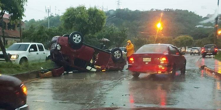 El accidente era para dejar una tragedia sobre una pareja que iba en una moto.