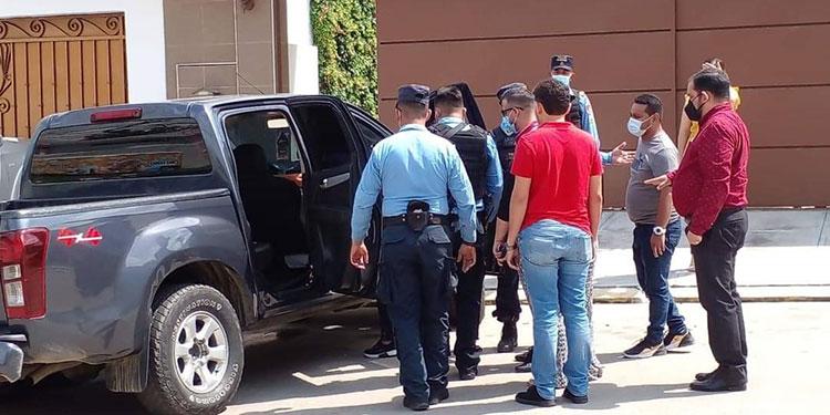 Agentes de la DPI y Policía Preventiva levantaron evidencias y datos sobre el doble crimen, al tiempo que se esperaba la llegada de empleados forenses.