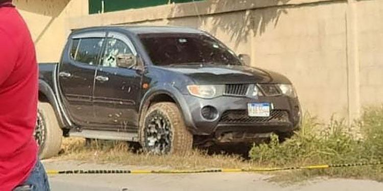 Producto de los disparos, el ahora occiso perdió el control del vehículo y se estrelló contra un muro.