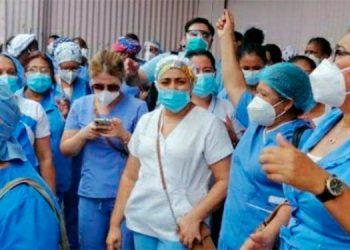 Las enfermeras profesionales protestaron en las afueras de la Sesal y Sefin, a la espera de una pronta respuesta a sus exigencias.