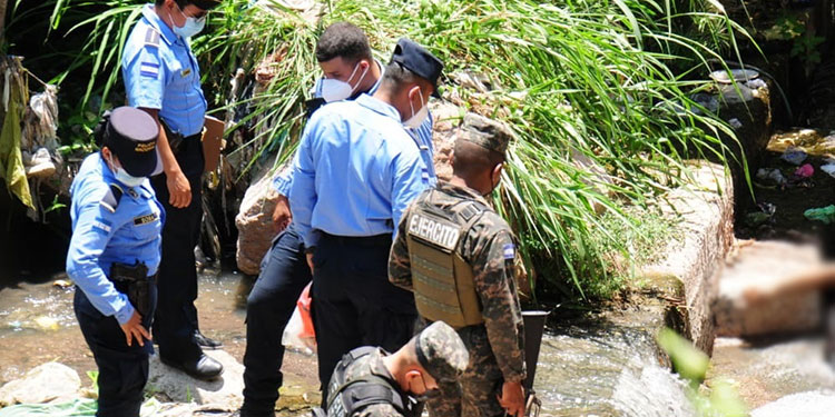 Al sector llegaron agentes policiales para recolectar indicios, mientras se esperaba la llegada de equipos de Medicina Forense que levantaron el cadáver.