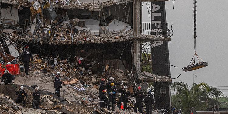Los rescatistas que trabajan en el lugar del derrumbe parcial de un edificio de 12 plantas de Surfside (Miami-Dade) anunciaron el hallazgo de los cuerpos de dos nuevas víctimas, con lo que ya son once los fallecidos.  (LASSERFOTO  AFP)