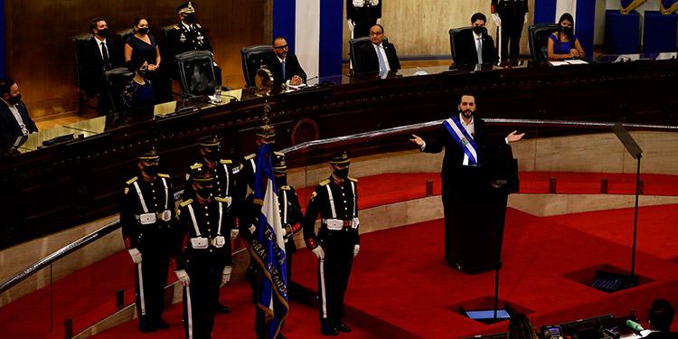 El Salvador multará a dos compañías de telefonía, cable e internet por supuestamente bloquear y cortar la cadena de radio y televisión del presidente Nayib Bukele. (LASSERFOTO AFP)