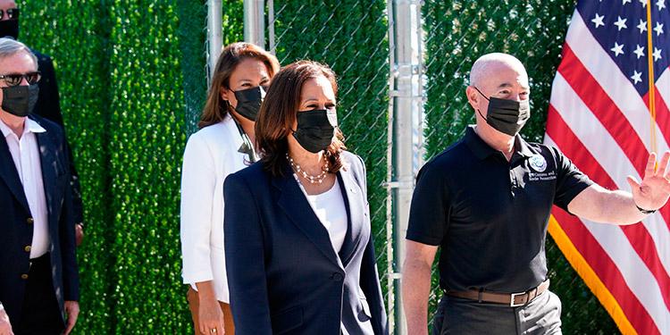 La vicepresidenta de EE. UU., Kamala Harris y el secretario de Seguridad Nacional estadounidense, Alejandro Mayorkas, visitan un centro de detención de inmigrantes de la Patrulla Fronteriza en El Paso, Texas. (LASSERFOTO EFE)