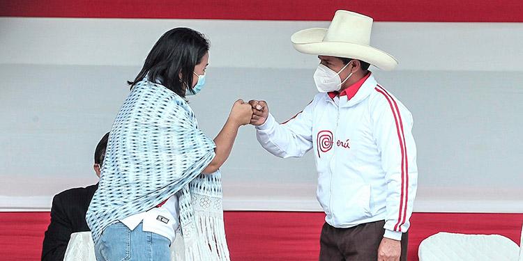 El neoliberalismo de Keiko Fujimori o el socialismo de Pedro Castillo: los peruanos deben elegir entre dos propuestas económicas antagónicas en las elecciones presidenciales de este domingo. (LASSERFOTO EFE)