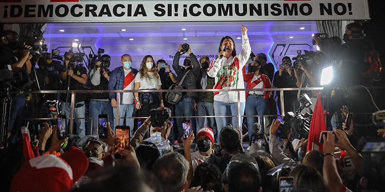 """Perú cumplió una semana sin saber quién será su nuevo presidente, mientras Pedro Castillo mantiene una ligera ventaja y Keiko Fujimori insiste en denunciar """"fraude"""". (LASSERFOTO AFP)"""